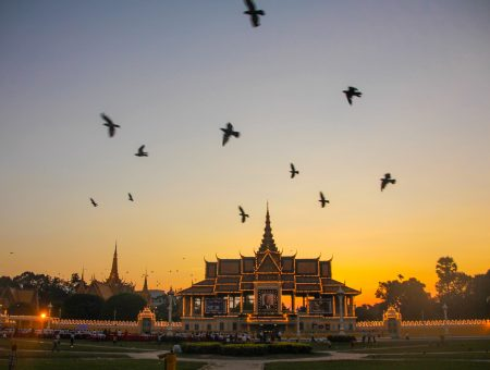 Lantunan Doa Di Depan Istana Phnom Penh